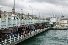 De vissers en de toeristen zijn op de Galata-Brug Royalty-vrije Stock Foto's