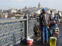 De vissers in Galata overbruggen Istanboel Turkije Royalty-vrije Stock Afbeelding