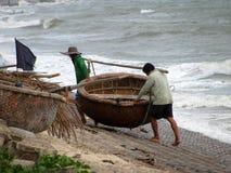 De vissers hebben een ronde boot stock fotografie