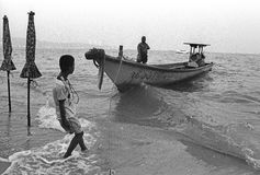 De vissers leggen boot vast stock afbeeldingen