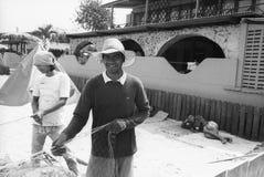De vissers leggen boot vast royalty-vrije stock fotografie
