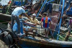 De vissers maken hun vangst van een treiler bij de bezige haven leeg in Essaouira in Marokko Royalty-vrije Stock Fotografie