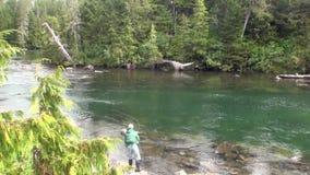 De vissers op berg kalmeren rivier op verbazende landschappen als achtergrond stock video