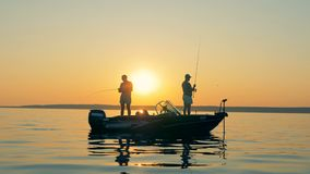 De vissers op een boot, die sluiten omhoog vissen stock footage
