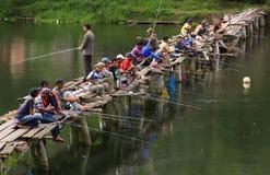 De vissers overbevolken de brug stock fotografie