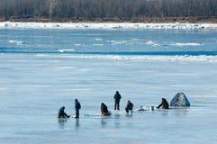 De vissers van de riviervloed De gescheurde vissers van het rivierijs Rivier met Stock Fotografie