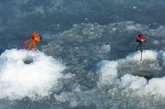 De vissers van de riviervloed De gescheurde vissers van het rivierijs Rivier met Stock Foto's