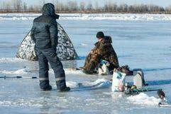 De vissers van de riviervloed De gescheurde vissers van het rivierijs Rivier met Royalty-vrije Stock Foto's