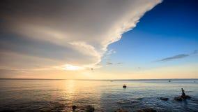 De Vissers van Sunpath van de zonlichtbezinning in Overzees bij Zonsondergang stock footage