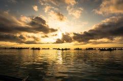 De vissers vangen vissen bij dageraad Stock Foto's