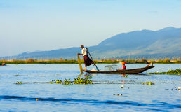 De vissers vangen vissen December Stock Foto