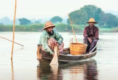 De vissers vangen vissen 3 December, 2013 in Mandalay. Royalty-vrije Stock Afbeeldingen