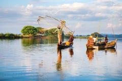 De vissers vangen vissen 3 December, 2013 in Mandalay. Stock Foto