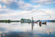 De vissers vangen vissen 3 December, 2013 in Mandalay Royalty-vrije Stock Afbeelding