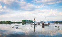 De vissers vangen vissen 3 December, 2013 in Mandalay Royalty-vrije Stock Foto's