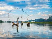 De vissers vangen vissen 3 December, 2013 in Mandalay Royalty-vrije Stock Fotografie