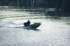 De vissers varen op het water stock afbeelding