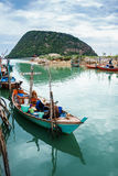 De vissers verzamelen mossel op hun boot Stock Fotografie