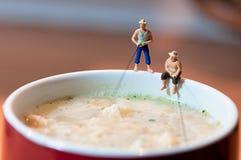 De vissers vissen in een soepmok Royalty-vrije Stock Foto
