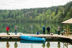 De vissers vissen op Zalieji Ezerai Royalty-vrije Stock Foto's