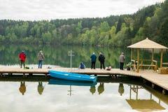 De vissers vissen op Zalieji Ezerai Stock Foto's
