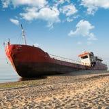 De vissersboot beached royalty-vrije stock foto's