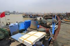 De vissersboot in de pijler Stock Foto's