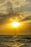 De vissersboot gaat varend stock afbeelding