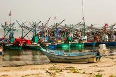 De vissersboot is in het overzees stock foto