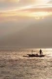 De vissersboot in het overzees in de ochtend dichtbij volcan Rinjani Stock Fotografie