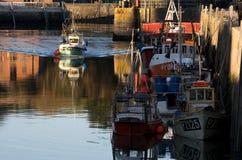 De vissersboot komt bij Padstow-haven aan stock afbeeldingen