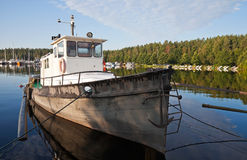 De vissersboot legde in de haven Imatra vast Stock Foto's
