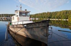 De vissersboot legde in de haven Imatra vast Stock Foto's