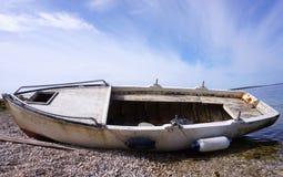 De vissersboot liep aan de Oude zeekust, schade en roestige gedaalde boot vast stock afbeeldingen