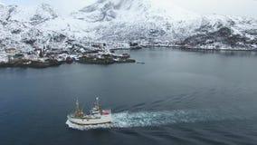 De vissersboot in Lofoten-eilanden stock videobeelden