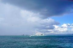 De vissersboot in onweer, overzeese regen komt royalty-vrije stock afbeeldingen