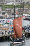 De Vissersboot van de logger met zijn omhoog Zeil stock foto
