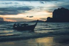 De Vissersboot wacht op Stock Fotografie