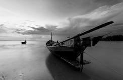 De vissersboot in zwart-wit, Thailand stock foto