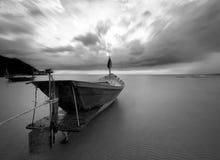 De vissersboot in zwart-wit, Thailand stock afbeelding