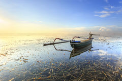 De vissersboten bevolken de oever bij het Sanur-Strand Royalty-vrije Stock Foto's