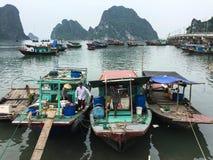 De vissersboten bij de pijler in Ha snakken, Vietnam Stock Afbeeldingen