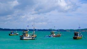 De vissersboten die van Sri Lanka hun kapiteins wachten royalty-vrije stock afbeelding