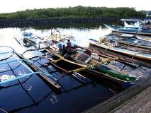 De vissersboten dokken bij bij vissenhaven of pijler en vullen hun levering uit vóór rubriek bij aan overzees opnieuw Royalty-vrije Stock Foto