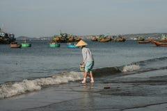 De vissersboten in het overzees in Vietnam Stock Afbeelding