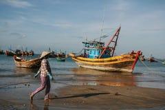 De vissersboten in het overzees in Vietnam Stock Foto's