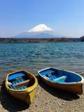 De vissersboten, Shoji Lake, zetten Fuji, Japan op Stock Fotografie
