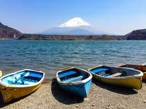 De vissersboten, Shoji Lake, zetten Fuji, Japan op Royalty-vrije Stock Foto's