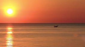 De vissersboten trekken hun netten bij de zonsopgang Adriatische kosten Emilia Romagna Italië stock footage