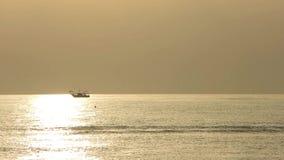 De vissersboten trekken hun netten bij de zonsopgang Adriatische kosten Emilia Romagna Italië stock videobeelden